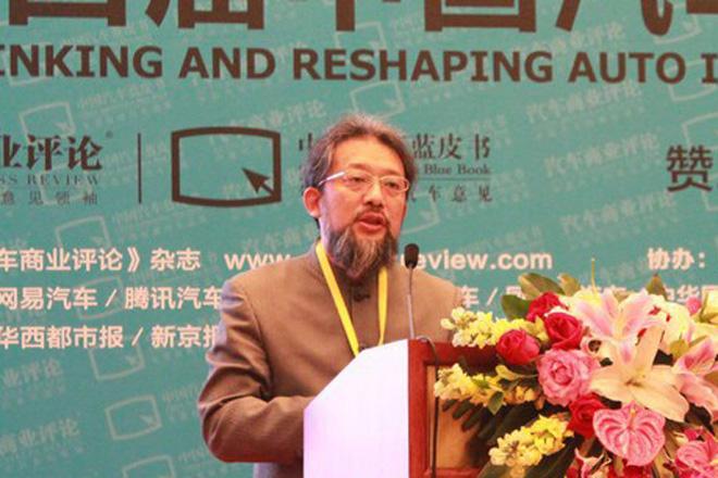 王健在台上演讲