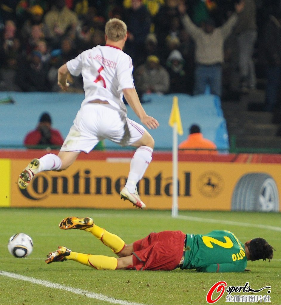 图文:丹麦vs喀麦隆 雅各布森躲过飞铲_图片展示_球员